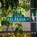 ハワイ ワイキキのメインストリート『カラカウア・アベニュー』の楽しみ方教えます